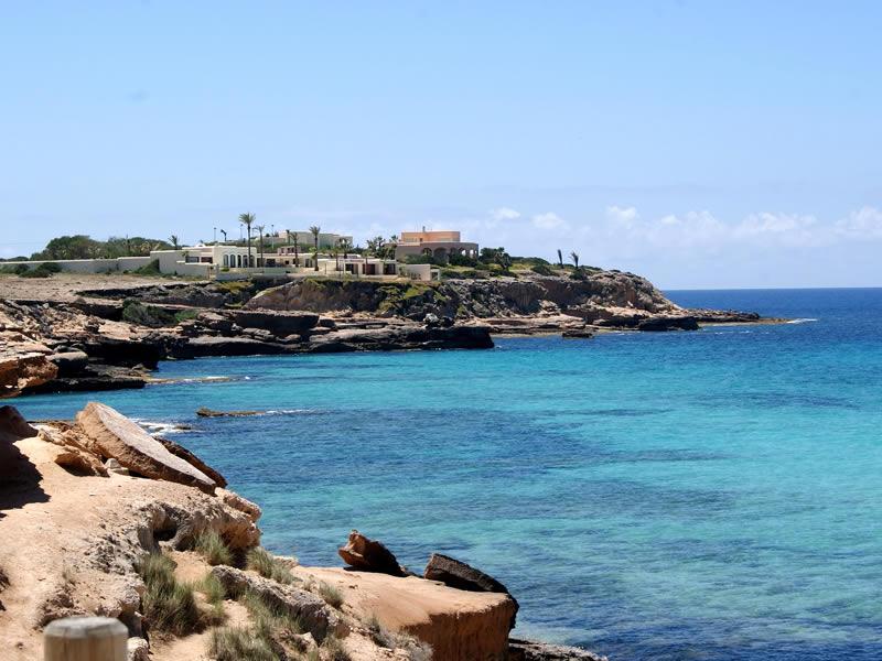 scorcia sul mare blu di Ibiza